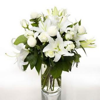 Malatya hediye çiçek yolla  1 dal cazablanca 7 adet beyaz gül vazosu