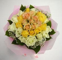 sari ve beyaz gül karisimda   Malatya internetten çiçek siparişi
