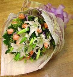 Malatya uluslararası çiçek gönderme  11 ADET GÜL VE 1 ADET KAZABLANKA