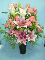 Malatya uluslararası çiçek gönderme  cam vazo içerisinde 21 gül 1 kazablanka
