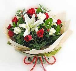 güller ve kazablanklardan görsel bir buket  Malatya uluslararası çiçek gönderme