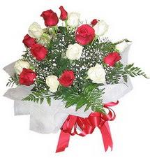 Malatya internetten çiçek siparişi  12 adet kirmizi ve beyaz güller buket