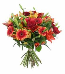 Malatya çiçek siparişi sitesi  3 adet kirmizi gül ve karisik kir çiçekleri demeti