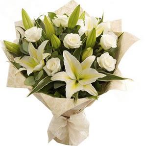 Malatya yurtiçi ve yurtdışı çiçek siparişi  3 dal kazablanka ve 7 adet beyaz gül buketi