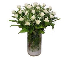 Malatya çiçekçi telefonları  cam yada mika Vazoda 12 adet beyaz gül - sevenler için ideal seçim
