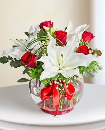 Fanus Vazoda 2 Lilyum ve 5 Gül Dansı  Malatya çiçek siparişi sitesi